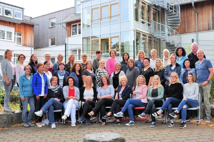 Kollegium Gruppe Gruppenbild Mitarbeiter Schulhof